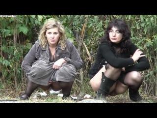 Две зрелые дамы присели пописать в кусты